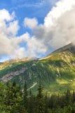 Paesaggio polacco di estate delle montagne di Tatra con cielo blu e le nuvole bianche immagine stock