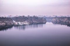 Paesaggio porpora fantastico del lago e di piccoli Bu dei lavoratori fotografia stock libera da diritti