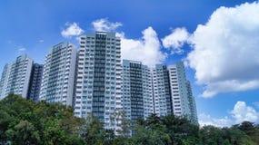 Paesaggio residenziale del cielo blu dell'edilizia popolare di alto aumento Fotografia Stock Libera da Diritti