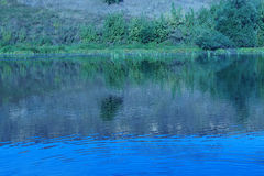 Paesaggio riflesso in un fiume Immagini Stock Libere da Diritti