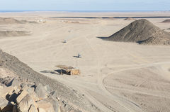 Paesaggio roccioso del deserto con le montagne Fotografie Stock Libere da Diritti