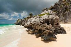 Paesaggio roccioso della spiaggia di Tulum Fotografia Stock