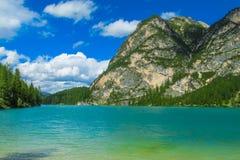 Paesaggio roccioso delle alpi e lago blu in dolomia, Italia Immagini Stock