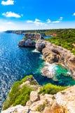 Paesaggio roccioso delle scogliere della costa del mar Mediterraneo della Spagna dell'isola di Maiorca Fotografia Stock Libera da Diritti