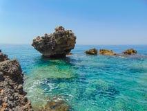 Paesaggio roccioso ionico della costa, Palase, Vlore, Albania fotografie stock libere da diritti