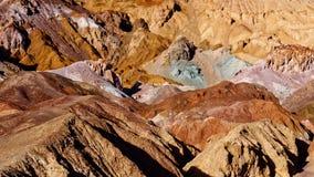 Paesaggio roccioso nell'azionamento Death Valley del ` s dell'artista Immagini Stock