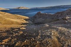 Paesaggio roccioso sull'isola PAG, Croazia Immagini Stock
