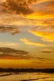 Paesaggio romantico della spiaggia di Weligama con il tramonto stupefacente Fotografie Stock Libere da Diritti