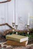 Paesaggio romantico di autunno per i tiri di foto Vecchi libri, ramo verde, candele fotografia stock libera da diritti