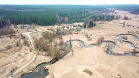 Paesaggio rurale ad aprile Piccolo fiume in molla in anticipo archivi video