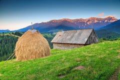Paesaggio rurale alpino con il vecchio granaio di legno, la Transilvania, Romania, Europa Immagine Stock Libera da Diritti