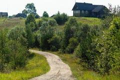 Paesaggio rurale, case di legno Villaggio a distanza nella Repubblica della Carelia immagine stock