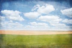 Paesaggio rurale con i campi ed il cielo blu Immagini Stock