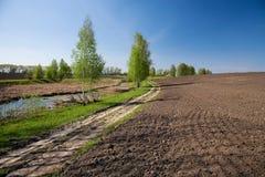 Paesaggio rurale con il campo arato Fotografie Stock Libere da Diritti