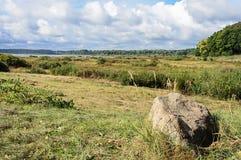 Paesaggio rurale con il lago Petrovskoye in Pushkinskiye sanguinoso Fotografia Stock Libera da Diritti