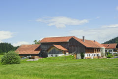 Paesaggio rurale con la bella casa dell'azienda agricola Immagine Stock Libera da Diritti