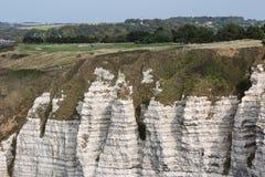 Paesaggio rurale con le scogliere del calcare vicino a Etretat in Normandie, Francia Fotografia Stock
