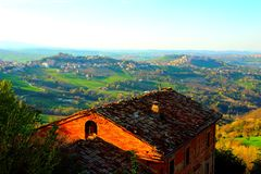 Paesaggio rurale con una vecchia casa italiana immagini stock