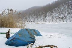 Paesaggio rurale del fondo congelato di pesca e del fiume sulla barca immagine stock
