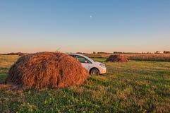 Paesaggio rurale del giacimento dell'automobile del fieno Immagini Stock
