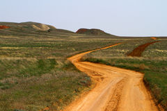 Paesaggio rurale della steppa con la strada campestre Fotografia Stock