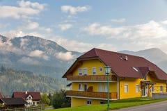 Paesaggio rurale delle alpi austriache nelle nuvole Haus, Stiria Immagine Stock Libera da Diritti