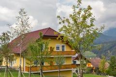 Paesaggio rurale delle alpi austriache nelle nuvole Haus, Stiria Immagini Stock