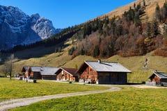 Paesaggio rurale di autunno di Engalm con il villaggio alpino Almdorf inglese, montagne tirolesi di Karwendel, Austria, Tirolo Fotografia Stock Libera da Diritti