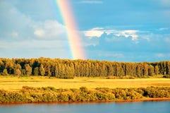 Paesaggio rurale di autunno - vista di occhio di uccelli della foresta di autunno e dell'arcobaleno luminoso Fotografia Stock