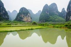 Paesaggio rurale di bella morfologia carsica a Guilin, Cina immagini stock