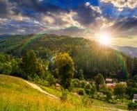 Paesaggio rurale di estate in alte montagne al tramonto Immagine Stock Libera da Diritti