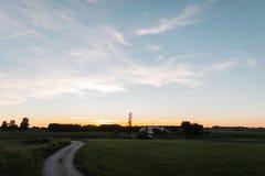 Paesaggio rurale di estate con un passaggio pedonale alla casa e ad un campo verde fotografie stock libere da diritti