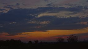 Paesaggio rurale di estate del fiume di tramonto video d archivio