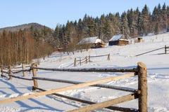 Paesaggio rurale di inverno al piede delle alte montagne Fotografie Stock