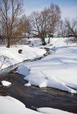 Paesaggio rurale di inverno con il piccolo fiume. Fotografia Stock
