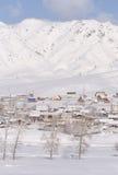 Paesaggio rurale di inverno in Siberia Il villaggio nel moun di Altai Fotografie Stock Libere da Diritti