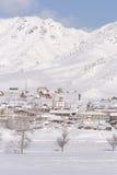 Paesaggio rurale di inverno in Siberia Il villaggio nel moun di Altai Fotografie Stock