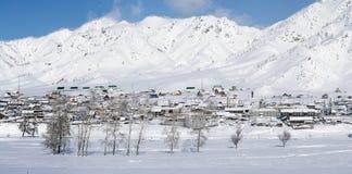 Paesaggio rurale di inverno in Siberia Il villaggio nel moun di Altai Immagini Stock Libere da Diritti