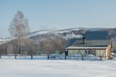 Paesaggio rurale di inverno in Siberia Il villaggio nelle montagne di Altai Panorama HDR - alta gamma dinamica Fotografia Stock Libera da Diritti