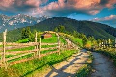 Paesaggio rurale di stupore al tramonto vicino a crusca, la Transilvania, Romania, Europa immagini stock