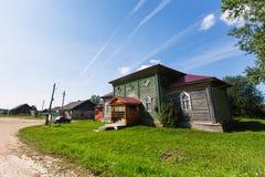 Paesaggio rurale e case di legno Villaggio a distanza nella Repubblica della Carelia fotografie stock