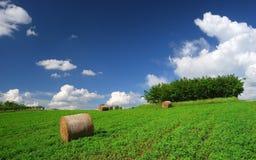 Paesaggio rurale estate/di Hay Bale Farm con le balle e le nuvole Fotografie Stock