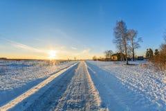 Paesaggio rurale nell'inverno un giorno soleggiato Immagine Stock