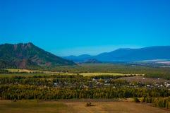 Paesaggio rurale nella valle al piede delle montagne Fotografia Stock Libera da Diritti