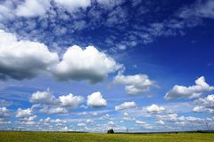 Paesaggio rurale, nuvole bianche, cielo blu Fotografie Stock Libere da Diritti