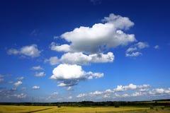 Paesaggio rurale, nuvole bianche, cielo blu Fotografia Stock