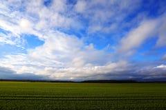 Paesaggio rurale, nuvole bianche, cielo blu Immagine Stock Libera da Diritti