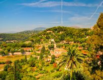 Paesaggio rurale panoramico vicino al villaggio San-Paul-de-Vence, Provenza, Francia al giorno di estate soleggiato fotografia stock