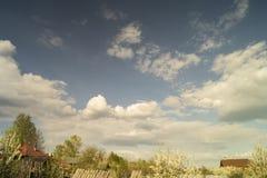 Paesaggio rurale sul bello cielo del fondo Immagini Stock Libere da Diritti