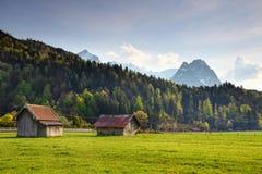 Paesaggio rurale tedesco dei granai del legname in prato soleggiato in primavera fotografia stock libera da diritti